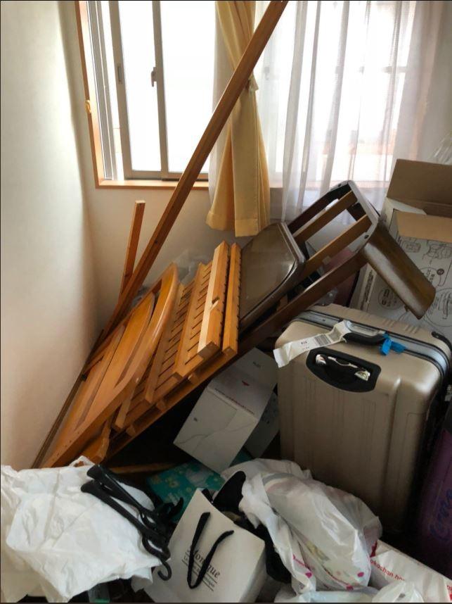 Nhà cửa lộn xộn do động đất rung lắc. Ảnh: TWIITER