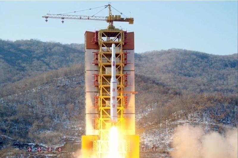 Một tên lửa tầm xa được phóng thử từ bãi thử tên lửa Sohae (Triều Tiên) ngày 7-2-2016. Ảnh: REUTERS