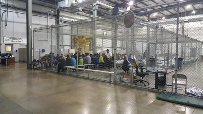 Trẻ em bị nhốt trong một lồng sắt tại một đồn biên phòng ở McAllen, bang Texas (Mỹ), sau khi bị tách khỏi cha mẹ. Một lồng chứa 20 trẻ em, nhà báo AP từng đến quan sát cho biết. Ảnh: CỤC HẢI QUAN VÀ BIÊN PHÒNG MỸ