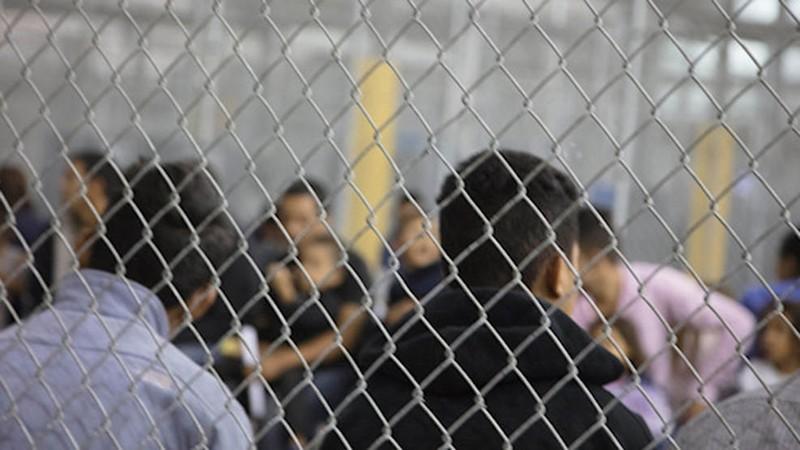 Hơn 1.100 trẻ em và người lớn bị nhốt trong đồn biên phòng ở McAllen, bang Texas (Mỹ), theo AP. Ảnh: CỤC HẢI QUAN VÀ BIÊN PHÒNG MỸ