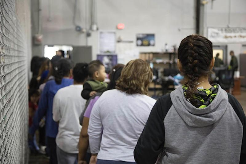 Khoảng 200 trẻ em bị nhốt ở đồn biên phòng ở McAllen, bang Texas (Mỹ) là trẻ vị thành niên, ngoài ra còn có khoảng 500 gia đình gồm cha mẹ và con cái, theo AP. Ảnh: CỤC HẢI QUAN VÀ BIÊN PHÒNG MỸ