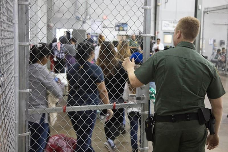 Nhân viên phụ trách đồn biên phòng ở McAllen, bang Texas (Mỹ) cho biết người nhập cư trái phép được cung cấp đủ thức ăn, được tắm và giặt giũ, được chăm sóc y tế, theo AP. Ảnh: CỤC HẢI QUAN VÀ BIÊN PHÒNG MỸ
