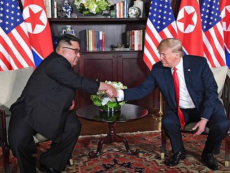 Tổng thống Mỹ Donald Trump (phải) và lãnh đạo Triều Tiên Kim Jong-un tại thượng đỉnh Mỹ-Triều ở Singapore ngày 12-6. Ảnh: REUTERS
