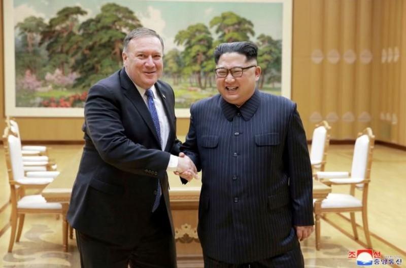 Lãnh đạo Triều Tiên Kim Jong-un (phải) tiếp Ngoại trưởng Mỹ Mike Pompeo đến thăm Triều Tiên ngày 9-5. Ảnh: KCNA