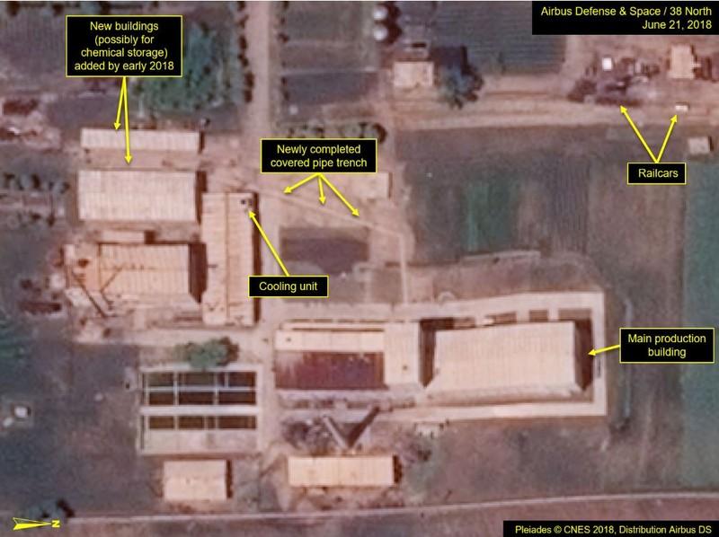 Các đường ống nối các căn nhà mới và khu nhà sản xuất chính mới xong gần đây tại Cơ sở sản xuất đồng vị phóng xạ. Ảnh: 38 NORTH