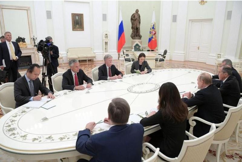 Cố vấn an ninh quốc gia Mỹ John Bolton (bàn bên trái, thứ hai từ phải sang) và phái đoàn Mỹ gặp phái đoàn Nga (bàn bên phải) với sự có mặt của Tổng thống Nga Vladimir Putin (giữa) và Ngoại trưởng Nga Sergey Lavrov (thứ hai từ phải sang) tại Điện Kremlin (Nga) ngày 27-6. Ảnh: REUTERS