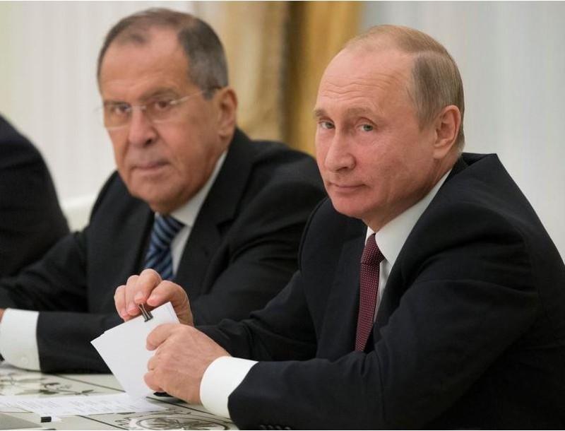 Tổng thống Nga Vladimir Putin (phải) và Ngoại trưởng Nga Sergey Lavrov trong cuộc gặp Cố vấn an ninh quốc gia Mỹ John Bolton tại Điện Kremlin (Nga) ngày 27-6. Ảnh: REUTERS