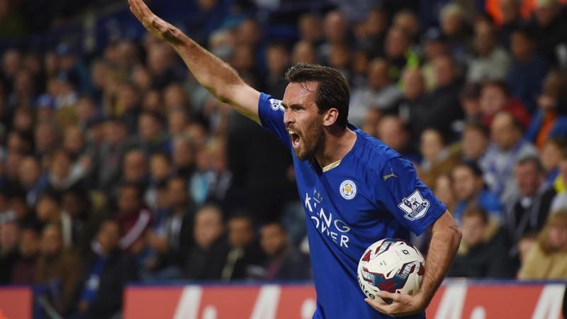 """Christian Fuchs thuộc câu lạc bộ Leicester City (Anh) nhắn nhủ các cậu bé """"hãy mạnh mẽ"""" chờ đến khi được giải cứu. Ảnh: YOUTUBE"""