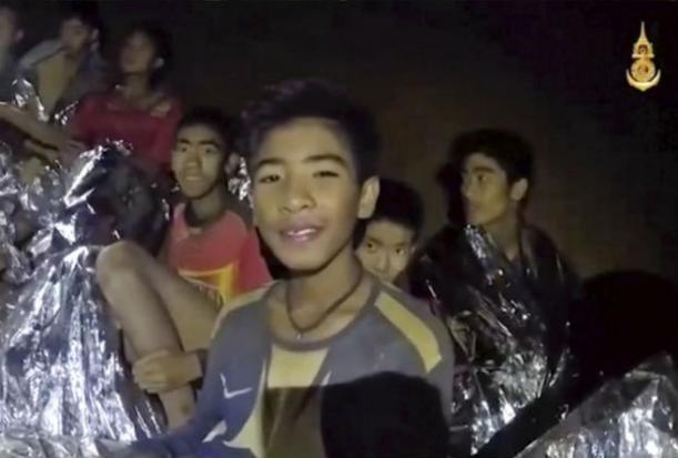 Các cậu bé trong đội bóng nhí Thái Lan đang tập bơi, tập lặn chuẩn bị cho khả năng lặn ra ngoài hang động. Ảnh: AP