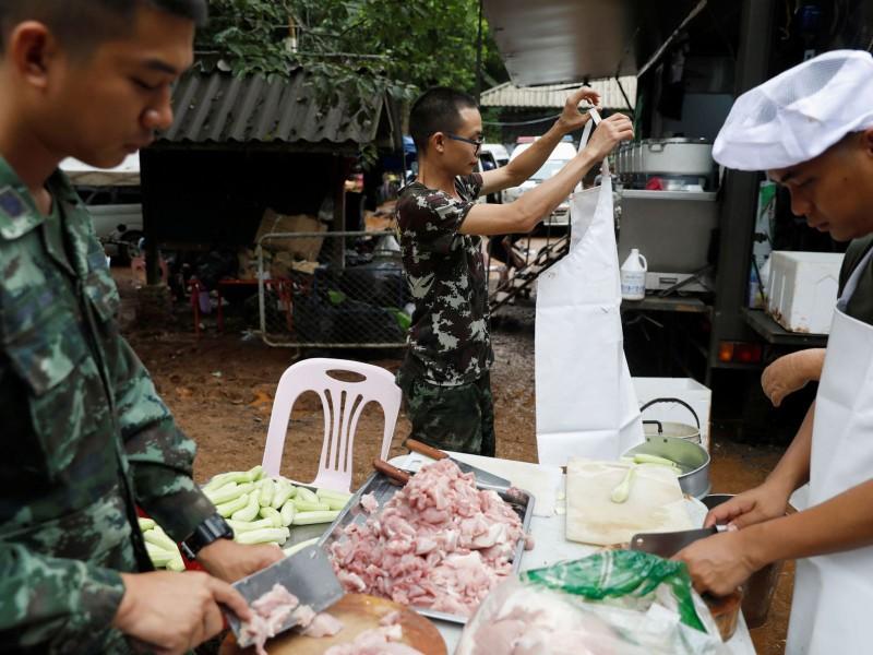Binh sĩ Thái Lan lo công tác hậu cầu cho công việc cứu hộ, bên ngoài hang động Tham Luang. Ảnh: BANGKOK POST