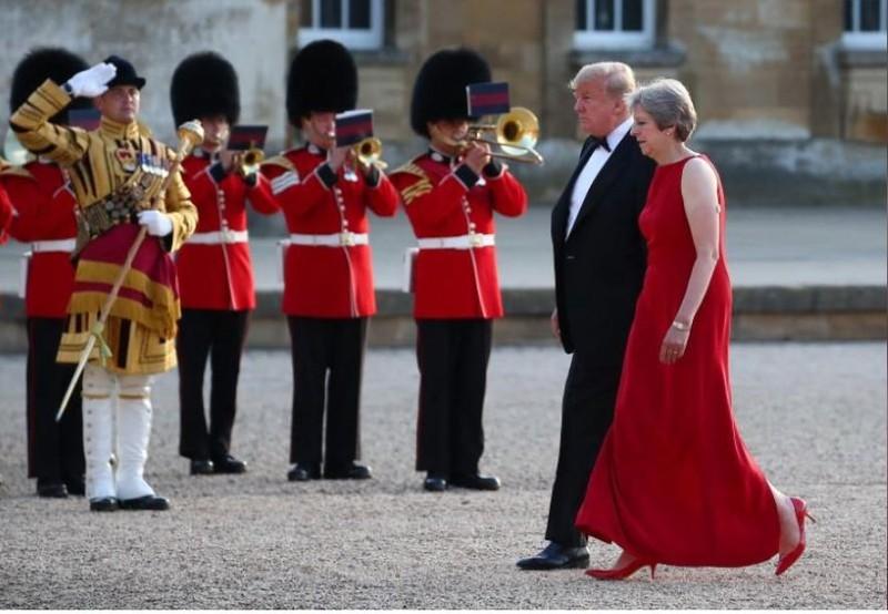 Thủ tướng Anh Theresa May mời Tổng thống Mỹ Donald Trump cùng dự tiệc tối tại Cung điện Blenheim gần TP Oxford (Anh) ngày 12-7. Ảnh: REUTERS