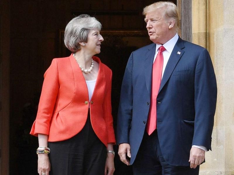 Thủ tướng Anh Theresa May (trái) đón tiếp Tổng thống Mỹ Donald Trump tại căn nhà đồng quê Chequers dành riêng cho các vị thủ tướng Anh ở  hạt Buckinghamshire (Anh) ngày 13-7. Ảnh: REUTERS