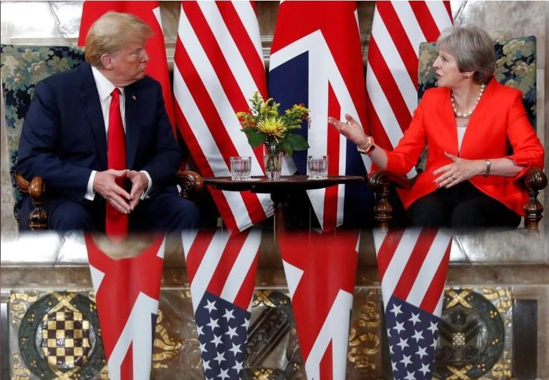 Thủ tướng Anh Theresa May (phải) tiếp Tổng thống Mỹ Donald Trump tại căn nhà đồng quê Chequers dành riêng cho các vị thủ tướng Anh ở  hạt Buckinghamshire (Anh) ngày 13-7. Ảnh: REUTERS