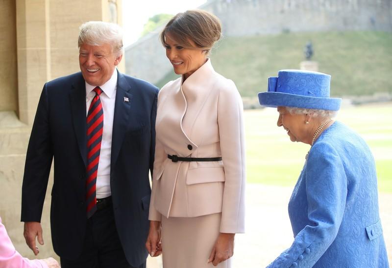 Nữ hoàng Elizabeth (phải) tiếp vợ chồng Tổng thống Mỹ Donald Trump ngày 13-7. Ảnh: GETTY IMAGES