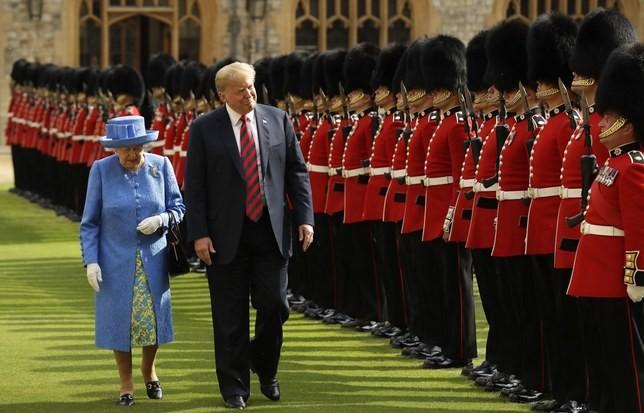 Tổng thống Mỹ Donald Trump (phải) được Nữ hoàng Elizabeth tiếp đón ngày 13-7. Ảnh: GETTY IMAGES