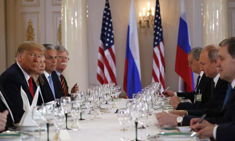 Ông Trump (đầu tiên, trái) và phái đoàn Mỹ trong phiên ăn trưa làm việc với ông Putin (giữa, phải) và phái đoàn Nga. Ảnh: AP