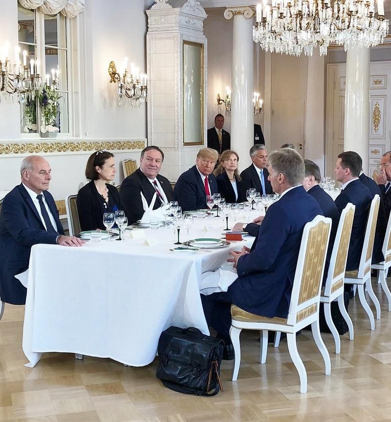 Phiên ăn trưa làm việc giữa hai phái đoàn Mỹ (trái) và Nga (phải). Ảnh: TWITTER