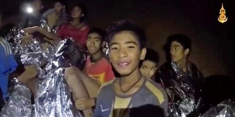 Đội bóng nhí thời điểm một ngày sau khi được tìm thấy còn sống trong hang động, ngày 3-7. Ảnh: AP