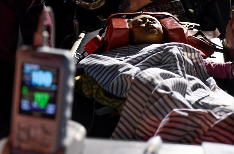 Người dân bị thương sau động đất mạnh 6,9 độ Richter ở đảo Lombok (Indonesia) tối 5-8. Ảnh: REUTERS