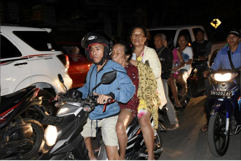 Sơ tán người dân sau động đất mạnh 6,9 độ Richter ở đảo Lombok (Indonesia) tối 5-8. Ảnh: REUTERS