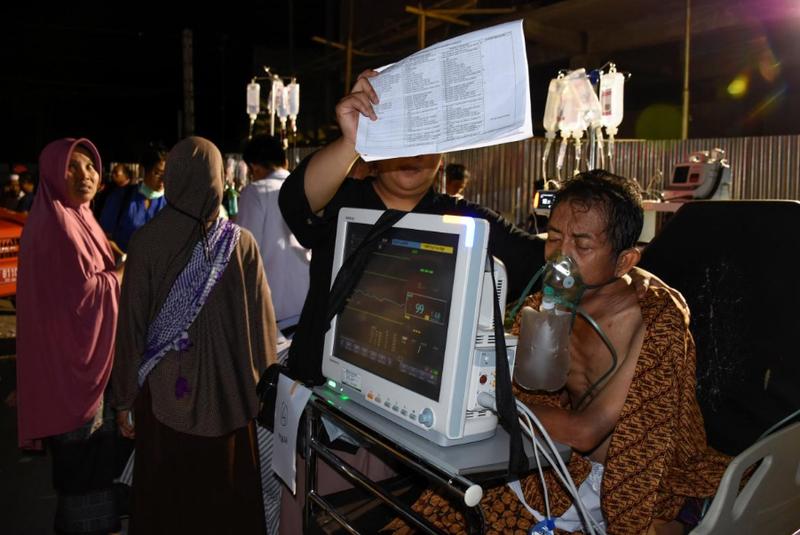 Cấp cứu người dân bị thương sau động đất mạnh 6,9 độ Richter ở đảo Lombok (Indonesia) tối 5-8. Ảnh: REUTERS