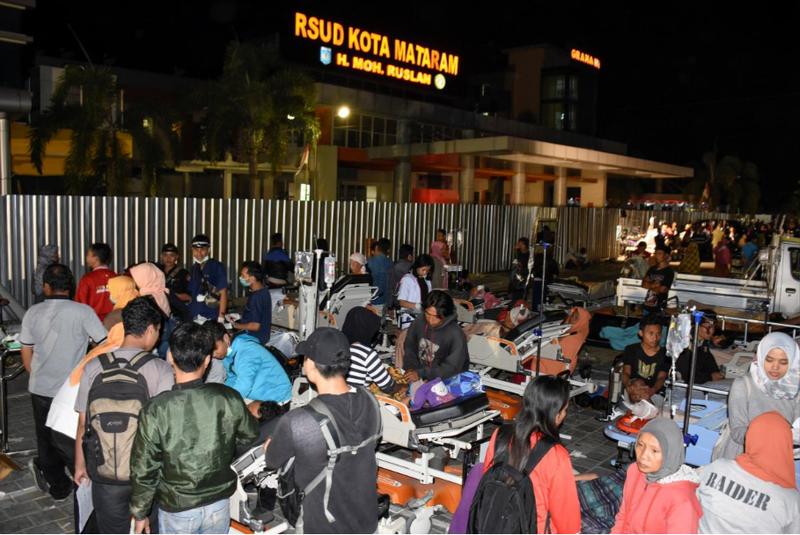 Hàng ngàn người phải sơ tán sau động đất mạnh 6,9 độ Richter ở đảo Lombok (Indonesia) tối 5-8. Ảnh: REUTERS