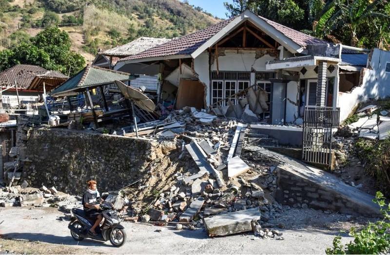 Động đất mạnh 6,9 độ Richter làm hư hại nhà cửa ở đảo Lombok (Indonesia). Ảnh: REUTERS