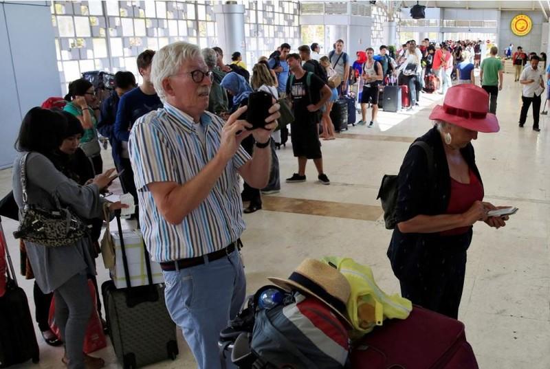 Du khách sắp hàng tại sân bay quốc tế Lombok (Indonesia) ngày 6-8, rời khỏi Lombok sau khi địa phương xảy ra động đất mạnh 6,9 độ Richter tối 5-8. Ảnh: REUTERS