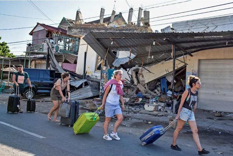 Du khách kéo nhau rời Lombok (Indonesia) ngày 6-8, sau khi địa phương xảy ra động đất mạnh 6,9 độ Richter tối 5-8. Ảnh: REUTERS