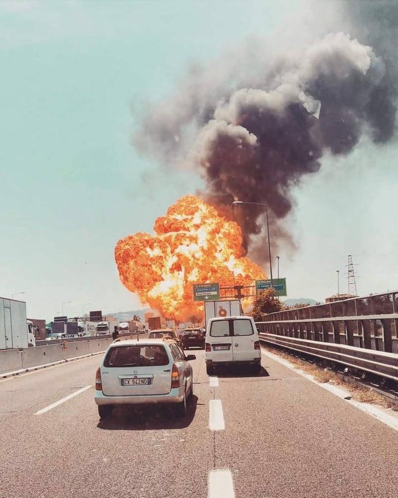 Vụ nổ xảy ra sáng 6-8 tại sân bay Bologna (Ý). Ảnh: TWITTER