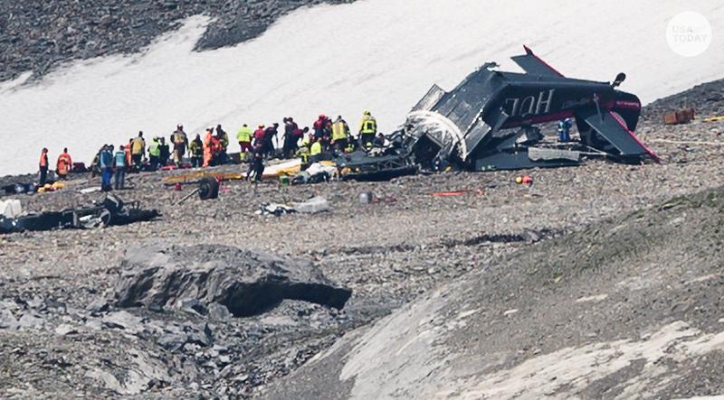 Cứu hộ hiện trường nơi chiếc máy bay cổ rơi trên dãy Alps làm 20 người chết ngày 4-8. Ảnh: REUTERS