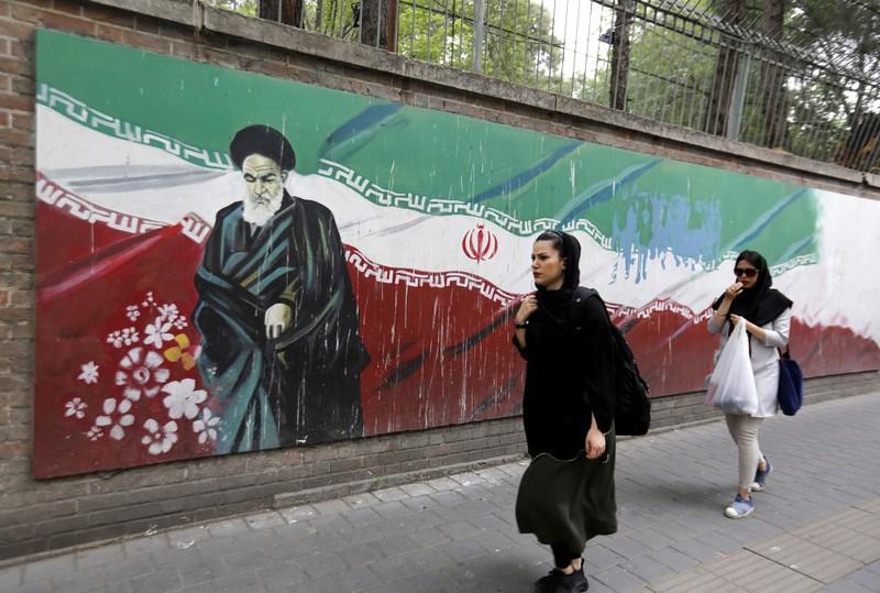 Người dân Iran gần khu vực trước kia Mỹ mở đại sứ quán tại Tehran, ngày 7-8. Ảnh: AFP