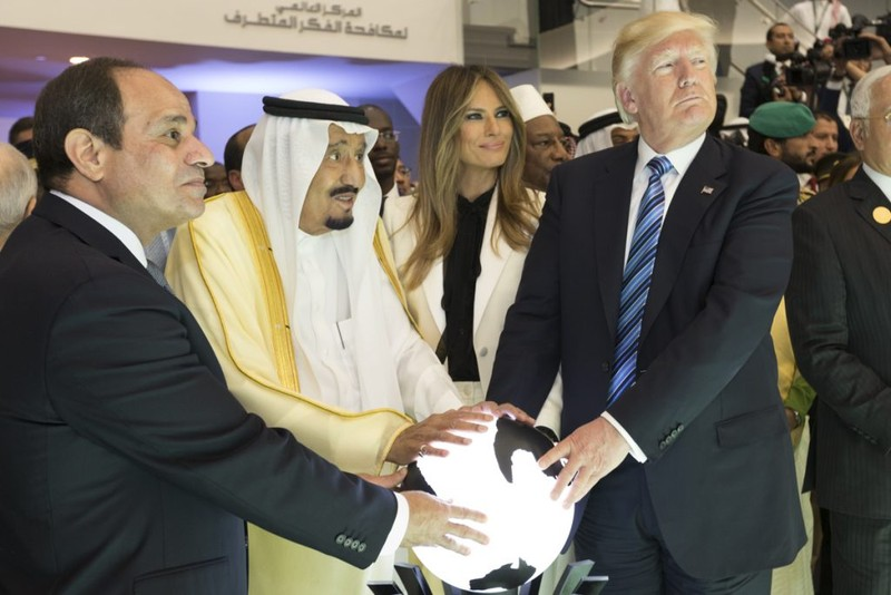 Tổng thống Mỹ Donald Trump (phải) trong chuyến thăm Saudi Arabia tháng 5-2017. Ảnh: PBS