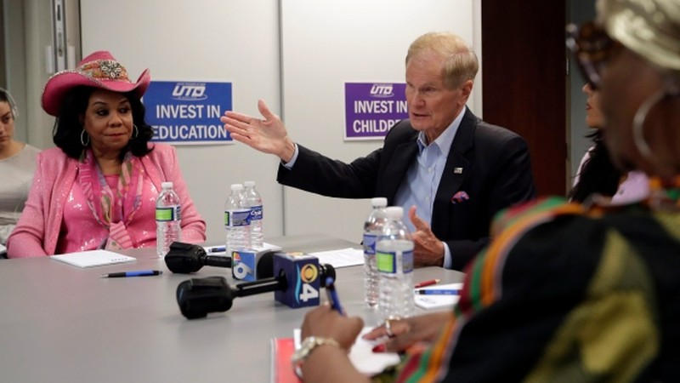 Thượng nghị sĩ Bill Nelson bàn luận với các lãnh đạo ngành giáo dục ở Miami, Florida (Mỹ), ngày 6-8. Ảnh: AP