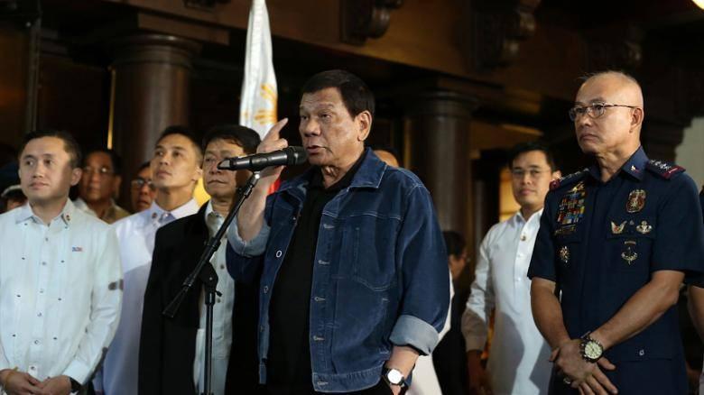 """Tổng thống Philippines Rodrigo Duterte trong buổi triệu tập và dọa giết các nghi can cảnh sát mà ông là """"mối đe dọa cho xã hội"""", ngày 7-8. Ảnh: CNN"""