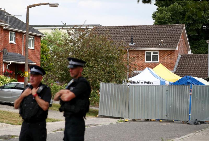 Cảnh sát canh gác bên ngoài nhà cựu điệp viên người Nga Sergei Skripal ở Salisbury (Anh) ngày 19-7. Ảnh: REUTERS