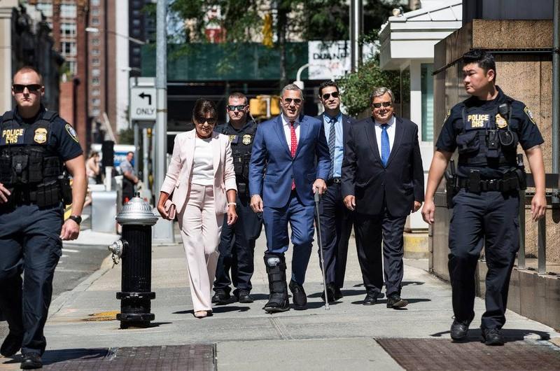 Ông Viktor và bà Amalija Knavs cùng luật sư Micheal Wildes trên đường đến lễ tuyên thệ nhập tịch ở thành phố New York ngày 9-8. Ảnh: NEW YORK TIMES