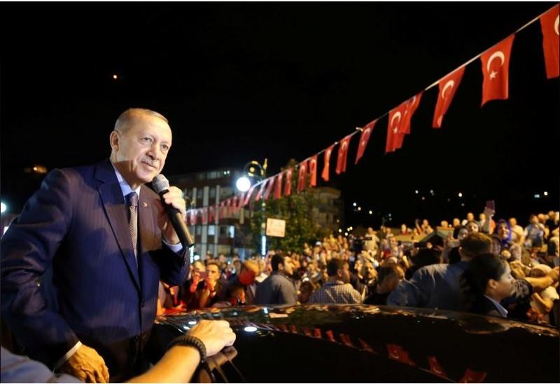 Tổng thống Recep Tayyip Erdogan phát biểu trước đám đông ở Thổ Nhĩ Kỳ ngày 10-8. Ảnh: REUTERS