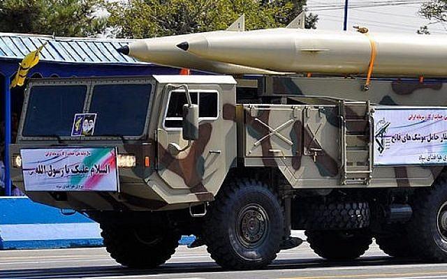 Tên lửa đạn đạo Fateh-110 trong một cuộc diễu binh của Iran năm 2012. Ảnh: TOI