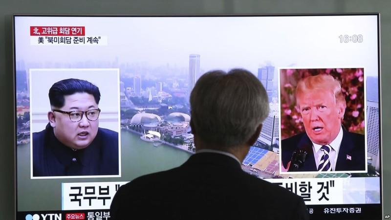 Phía Triều Tiên bác toàn bộ đề xuất giải trừ hạt nhân phía Mỹ đưa ra. Lãnh đạo Triều Tiên Kim Jong-un (trái) và Tổng thống Mỹ Donald Trump (phải) trong một bản tin trên truyền hình Hàn Quốc. Ảnh: AP