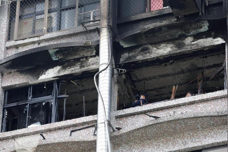 Thanh tra tại hiện trường vụ cháy, ngày 13-8. Ảnh: REUTERS
