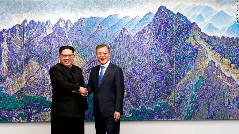 Cái bắt tay lịch sử của ông Kim và ông Moon tại Nhà Hòa Bình thuộc làng Bàn Môn Điếm ngày 27-4. Ảnh: CNN