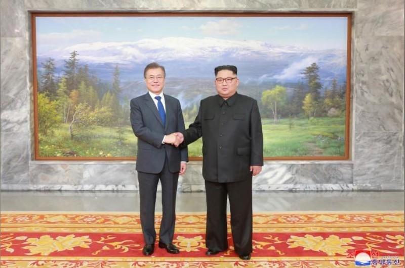 Tổng thống Hàn Quốc Moon Jae-in (trái) và lãnh đạo Triều Tiên Kim Jong-un trong cuộc gặp thứ hai tại làng Bàn Môn Điếm ngày 26-5. Ảnh: REUTERS
