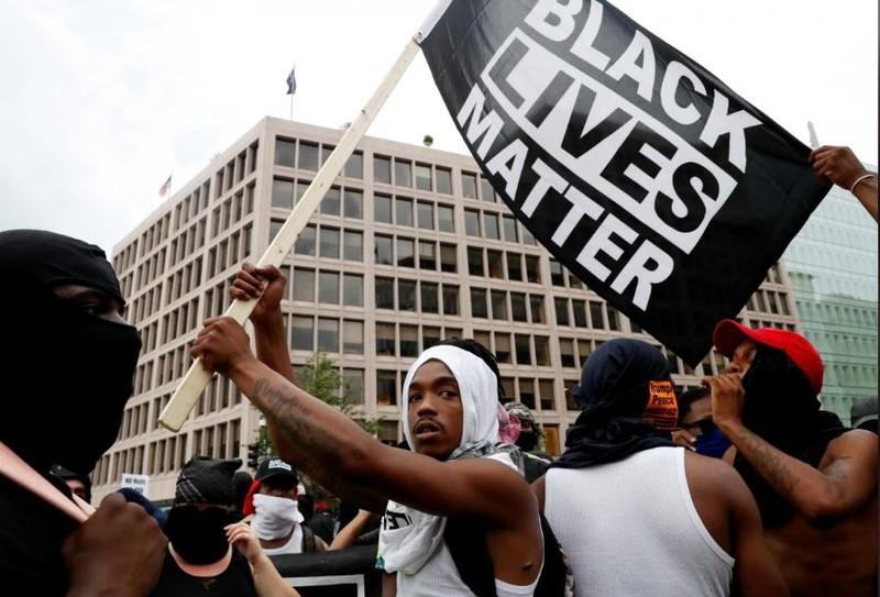 Người biểu tình phản đối phân biệt chủng tộc xuống đường ở thủ đô Washington (Mỹ) ngày 12-8, tưởng niệm một năm biểu tình bạo lực ở Charlottesville. Ảnh: REUTERS