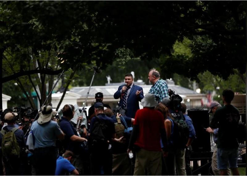 Lãnh đạo da trắng dân tộc chủ nghĩa Jason Kessler phát biểu trong cuộc biểu tình trước Nhà Trắng ngày 12-8. Ảnh: REUTERS
