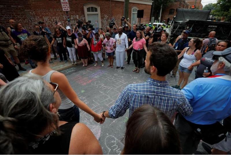 Người biểu tình phản đối phân biệt chủng tộc tập trung tại địa điểm một phụ nữ bị một người đàn ông da trắng tông xe chết một năm trước trong biểu tình bạo lực ở Charlottesville. Ảnh: REUTERS
