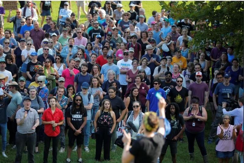 Các nhà hoạt động xã hội và người dân Virginia tưởng niệm một năm sự kiện biểu tình bạo lực ở Charlottesville. Ảnh: REUTERS