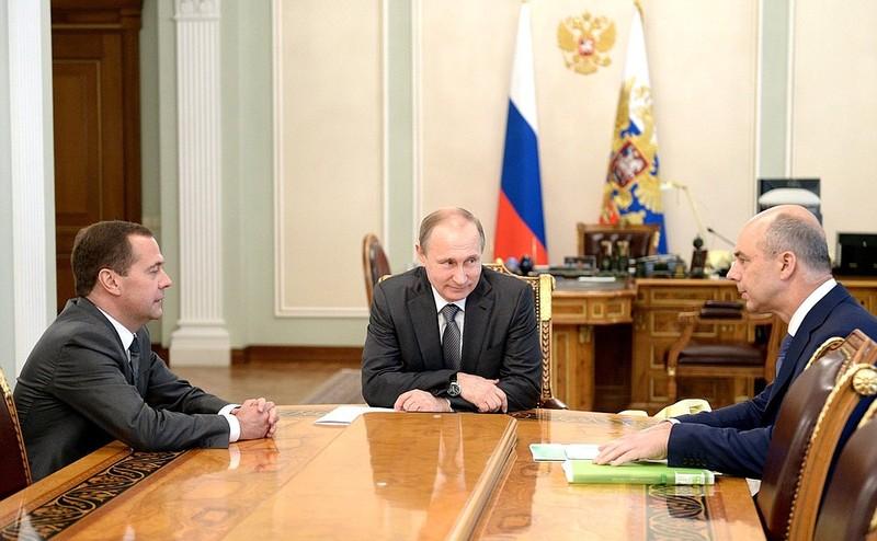 Bộ trưởng Tài chính Nga Anton Siluanov (phải) trong một cuộc họp với Tổng thống Nga Vladimir Putin (giữa) và Thủ tướng Nga Dmitry Medvedev. Ảnh: KREMLIN.RU