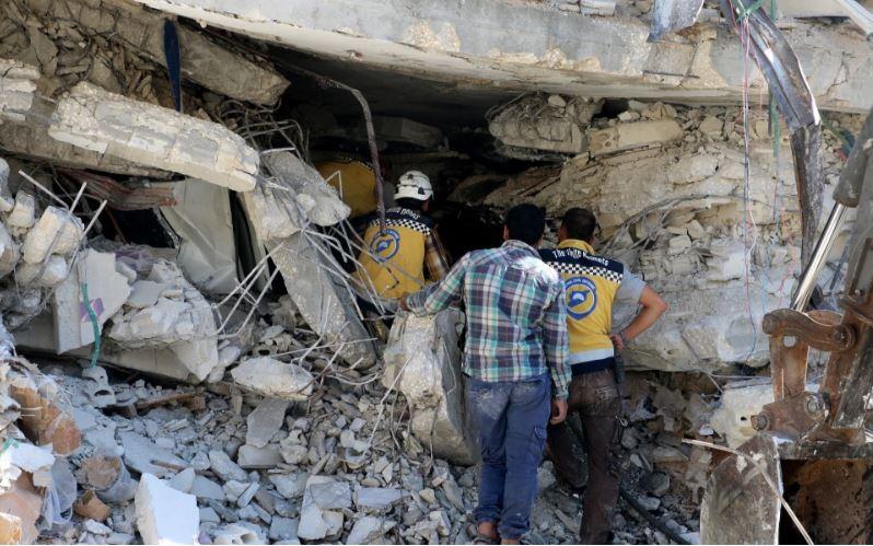 Lực lượng tình nguyện Mũ Bảo hiểm Trắng tìm kiếm cứu hộ nạn nhân tại hiện trường vụ nổ. Ảnh: GETTY IMAGES