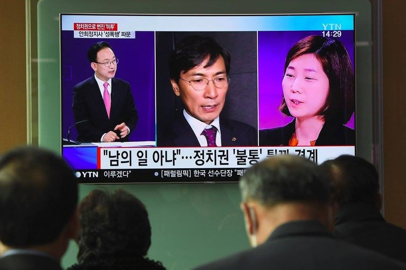 Ông Ahn Hee-jung (giữa) bị cô Kim Ji-eun (phải) tố cáo từng nhiều lần cưỡng hiếp cô. Ảnh: GETTY IMAGES